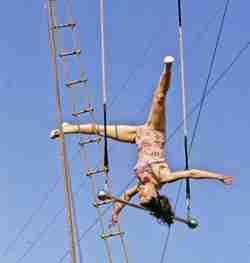 Pinito Del Oro head balancing trapeze